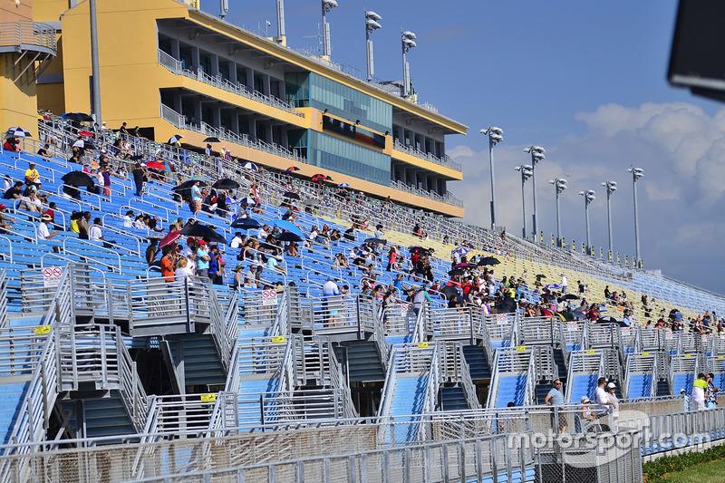 Fans ven el FARA USA Miami 500 en Homestead-Miami Speedway.