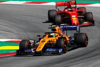 Lando Norris, McLaren MCL34, voor Sebastian Vettel, Ferrari SF90
