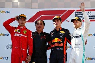 Podio: ganador de la carrera Max Verstappen, Red Bull Racing, Toyoharu Tanabe Director Honda F1, segundo lugar Charles Leclerc, Ferrari, y el tercer lugar Valtteri Bottas, Mercedes AMG