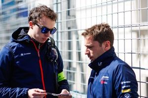 Robin Frijns, Envision Virgin Racing, in conversation with an engineer on the grid