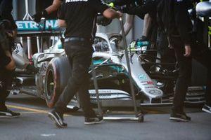 Valtteri Bottas, Mercedes AMG W10, dans la voie des stands