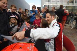 #39 Graff Racing Oreca 07-Gibson: Vincent Capillaire firma de autógrafos
