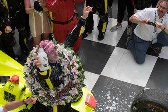Simon Pagenaud, Team Penske Chevrolet, dopo essersi versato il latte sulla testa in victory lane.