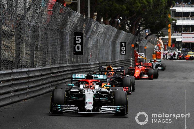Lewis Hamilton, Mercedes AMG F1 W10, ve Max Verstappen, Red Bull Racing RB15, ve Sebastian Vettel, Ferrari SF90