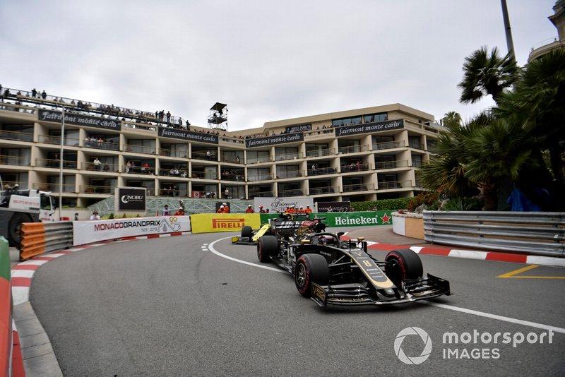rRomain Grosjean, Haas F1 Team VF-19, leads Daniel Ricciardo, Renault R.S.19
