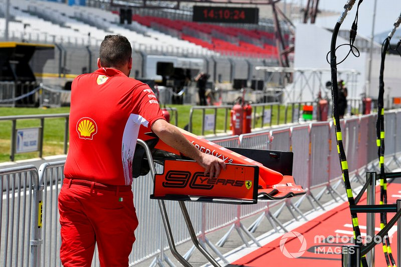 Mecánico de Ferrari empujando el alerón delantero de un Ferrari SF90