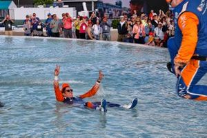 Scott Dixon, Chip Ganassi Racing Honda and crew splash in the Scott Fountain