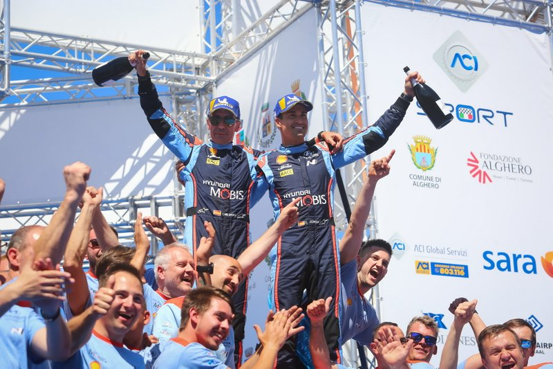 I vincitori Dani Sordo, Carlos del Barrio, Hyundai Motorsport Hyundai i20 Coupe WRC