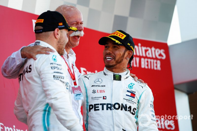 Valtteri Bottas, Mercedes AMG F1, 2° classificato, il Dr Dieter Zetsche, CEO, Mercedes Benz, e Lewis Hamilton, Mercedes AMG F1, 1° classificato, festeggiano sul podio