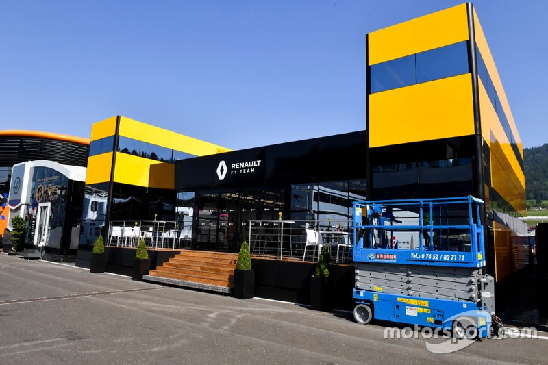 Le motorhome Renault F1 Team dans le paddock