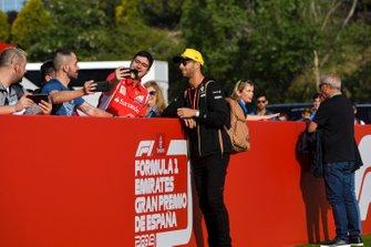 Daniel Ricciardo, Renault pose pour un selfie avec un fan