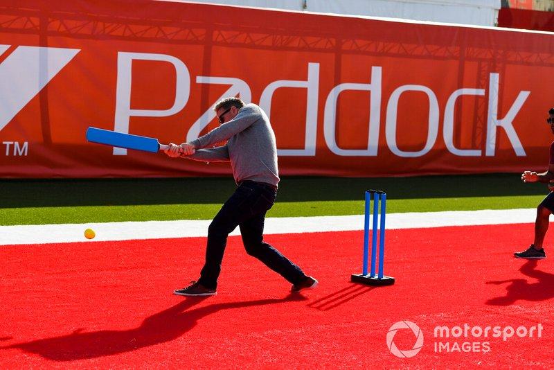 Simon Lazenby, Sky TV joue au cricket dans le paddock