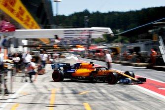 Carlos Sainz Jr., McLaren MCL34, quittant son garage