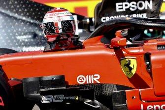 De helm en auto van Charles Leclerc, Ferrari SF90, na de kwalificatie