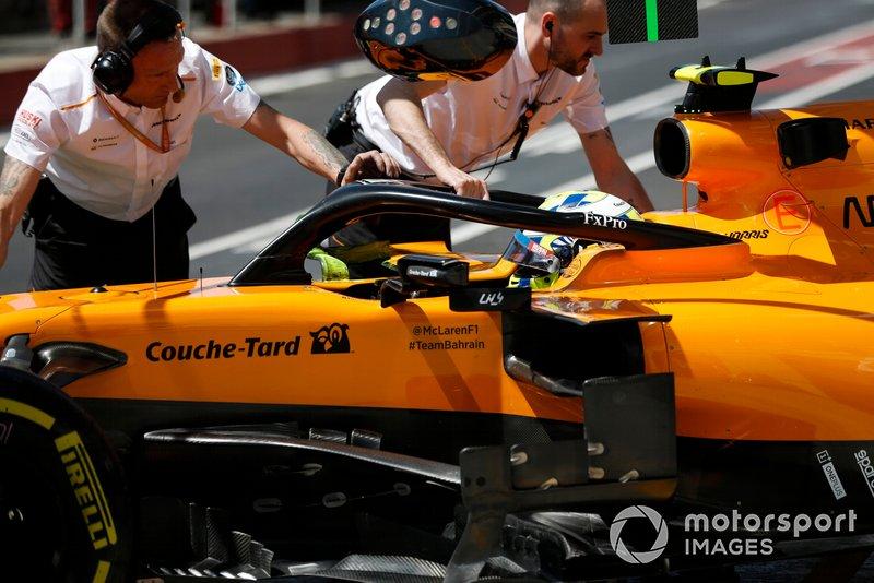 Lando Norris, McLaren MCL34, viene riportato nel garage