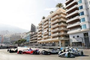 Felipe Massa, Venturi Formula E, Venturi VFE05 on the outside of Oliver Rowland, Nissan e.Dams, Nissan IMO1 behind Pascal Wehrlein, Mahindra Racing, M5 Electro