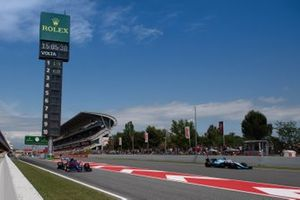 George Russell, Williams Racing FW42, passe Alexander Albon, Toro Rosso STR14, qui sort des stands