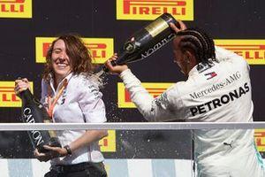Lewis Hamilton, Mercedes AMG F1, prima posizione, spruzza Champagne sul suo compagno di squadra sul podio