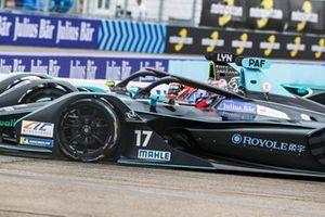 Gary Paffett, HWA Racelab, VFE-05, battles with Alex Lynn, Panasonic Jaguar Racing, Jaguar I-Type 3