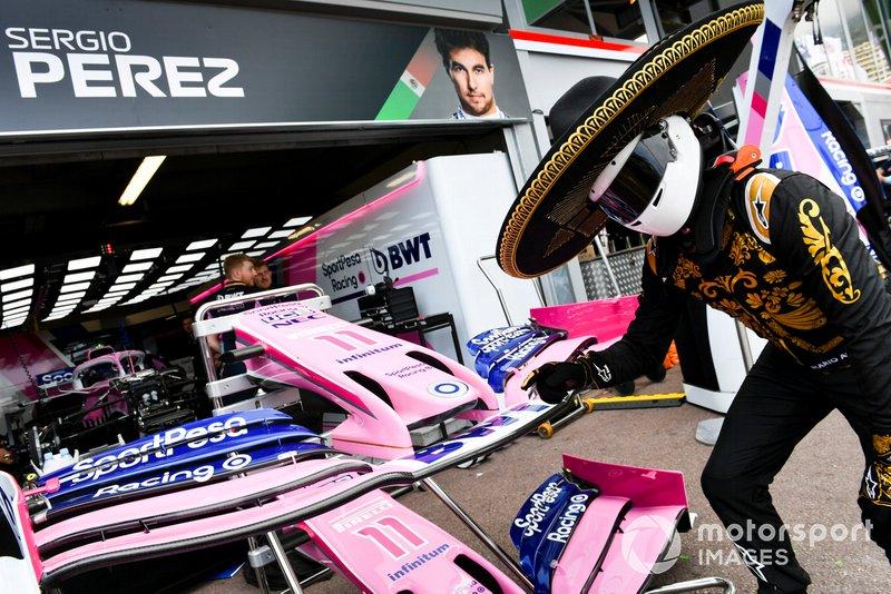 Mario Achi, promotor del GP de México fuera del garaje de Sergio Pérez, Racing Point