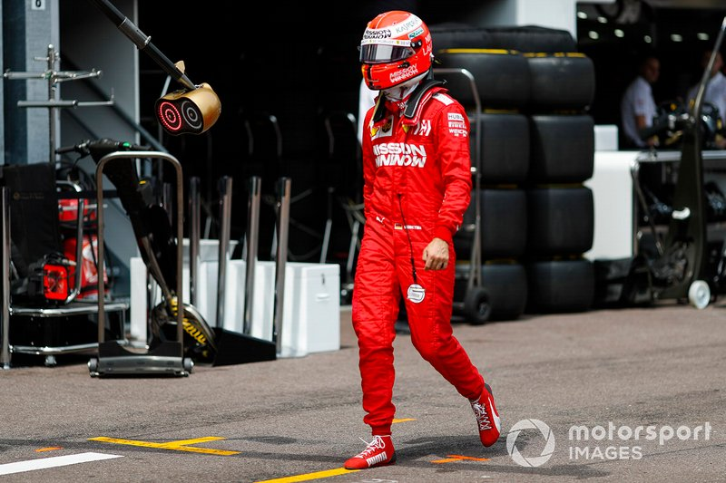 Sebastian Vettel, Ferrari camina de vuelta a boxes tras su accidente