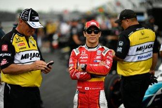 Takuma Sato, Rahal Letterman Lanigan Racing Honda durante la competencia en boxes