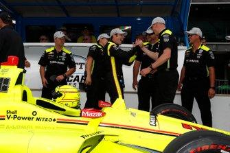 Simon Pagenaud, Team Penske Chevrolet celebra la victoria en el NTT P1 Award con su tripulación