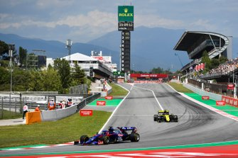 Daniil Kvyat, Toro Rosso STR14, leads Daniel Ricciardo, Renault R.S.19