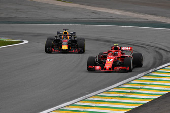 Kimi Raikkonen, Ferrari SF71H and Daniel Ricciardo, Red Bull Racing RB14