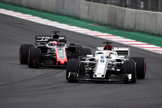 Marcus Ericsson, Sauber C37 and Romain Grosjean, Haas F1 Team VF-18