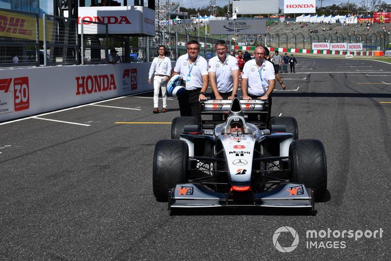 Ron Pallatt, mécanicien McLaren, McLaren MP4-13 lors des Legends F1 30th Anniversary Lap Demonstration
