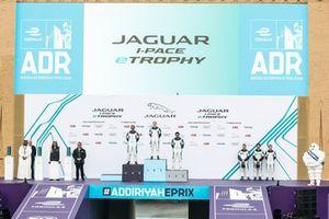 Podio classe AM: la prima classificata Alice Powell, Jaguar VIP car, il secondo classifiato Bandar Alesayi, Saudi Racing, il terzo classificato Ahmed Bin Khanen, Saudi Racing