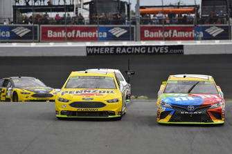 Ryan Blaney, Team Penske, Ford Fusion Menards/Pennzoil, Kyle Busch, Joe Gibbs Racing, Toyota Camry M&M's