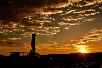 Vista de la torre y el amanecer