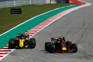 Max Verstappen, Red Bull Racing RB14, voor Carlos Sainz Jr., Renault Sport F1 Team R.S. 18