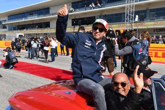 Sergio Perez, Racing Point Force India met zijn vader Antonio Perez Garibay tijdens de rijdersparade