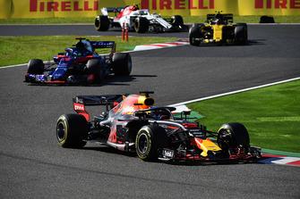 Daniel Ricciardo, Red Bull Racing RB14 devant Brendon Hartley, Scuderia Toro Rosso STR13 et Carlos Sainz Jr., Renault Sport F1 Team R.S. 18