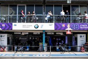 Wagens van Alexander Sims, BMW i Andretti Motorsports, BMW iFE.18, Antonio Felix da Costa, BMW i Andretti Motorsports, BMW iFE.18, in de garage