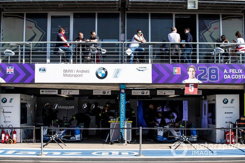 Le monoposto di Alexander Sims, BMW i Andretti Motorsports, BMW iFE.18, Antonio Felix da Costa, BMW i Andretti Motorsports, BMW iFE.18, nel garage