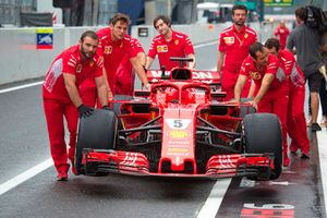 I meccanici Ferrari spingono la SF71H con la nuova livrea Ferrari