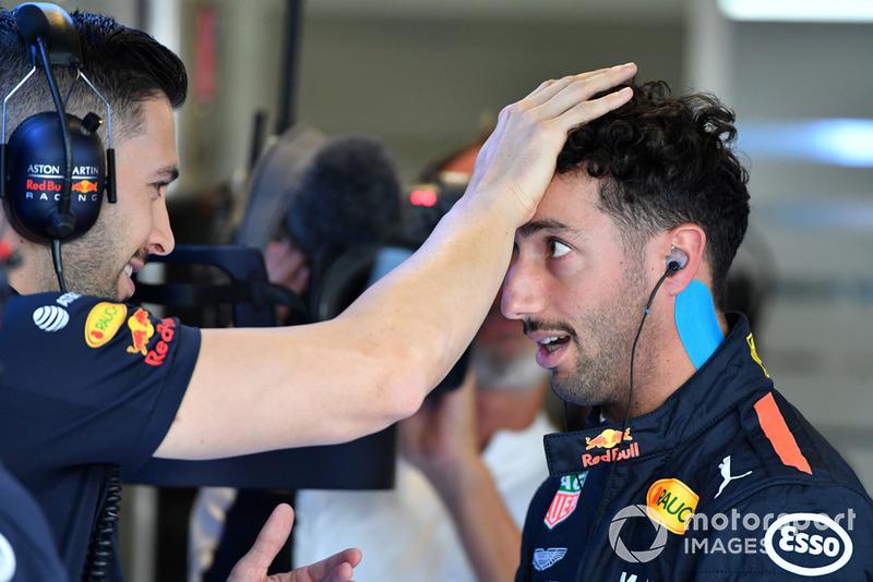 Гонщик Red Bull Racing Даниэль Риккардо и физиотерапевт