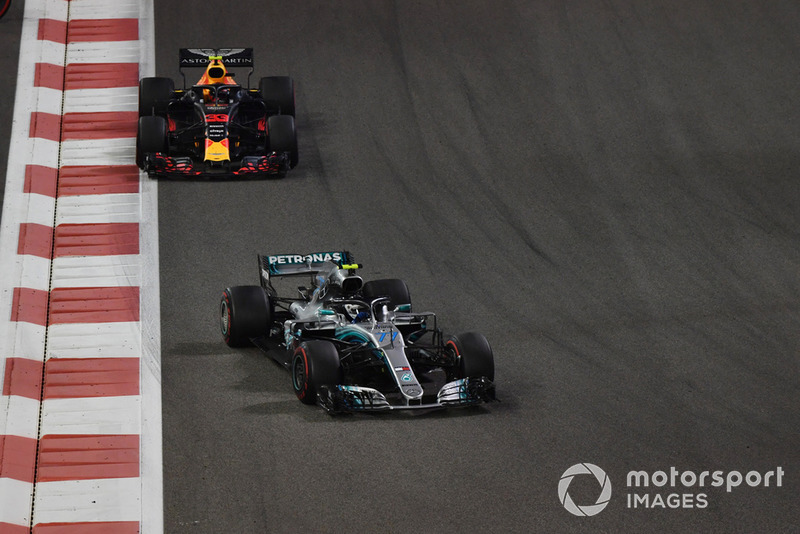 Valtteri Bottas, Mercedes-AMG F1 W09 y Max Verstappen, Red Bull Racing RB14