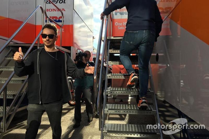 Jorge Lorenzo chegando ao caminhão da Repsol Honda