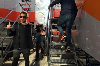 Jorge Lorenzo si appresta a salire sul camion Repsol Honda