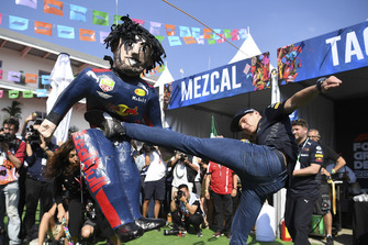 Max Verstappen, Red Bull Racing speelt pinata