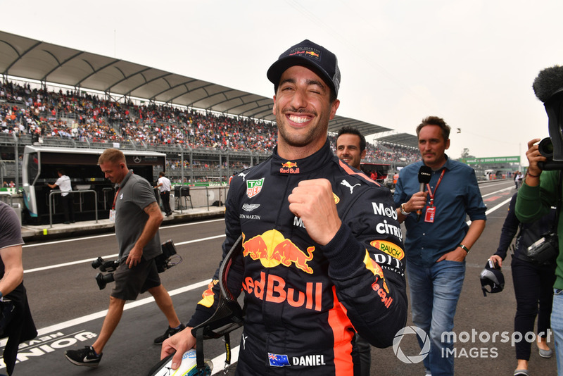 Il poleman Daniel Ricciardo, Red Bull Racing, festeggia nel parco chiuso