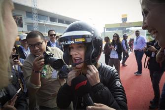 La actriz Millie Bobby Brown se prepara para su experiencia Pirelli Hot Lap con Lewis Hamilton, Mercedes AMG F1
