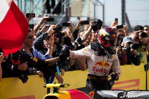 Max Verstappen, Red Bull Racing, 2° classificato, festeggia nel parco chiuso