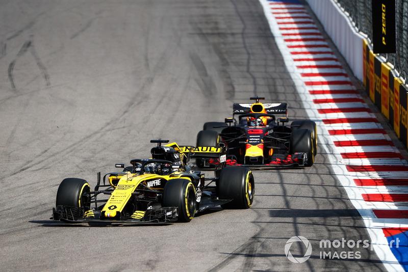 Nico Hulkenberg, Renault Sport F1 Team R.S. 18, lidera a Daniel Ricciardo, Red Bull Racing RB14