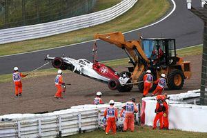 Rozbity samochód Marcusa Ericssona, Sauber C37, usuwany z toru w trakcie Q1